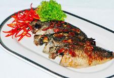 Cá rô nướng hành và rau răm