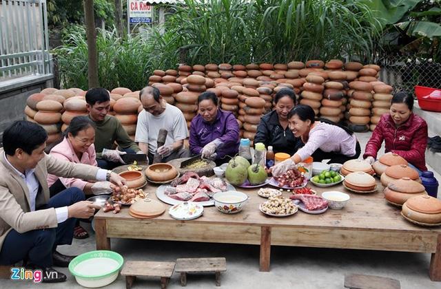 Cảnh làm món cá kho làng tại cơ sở của DASAVINA
