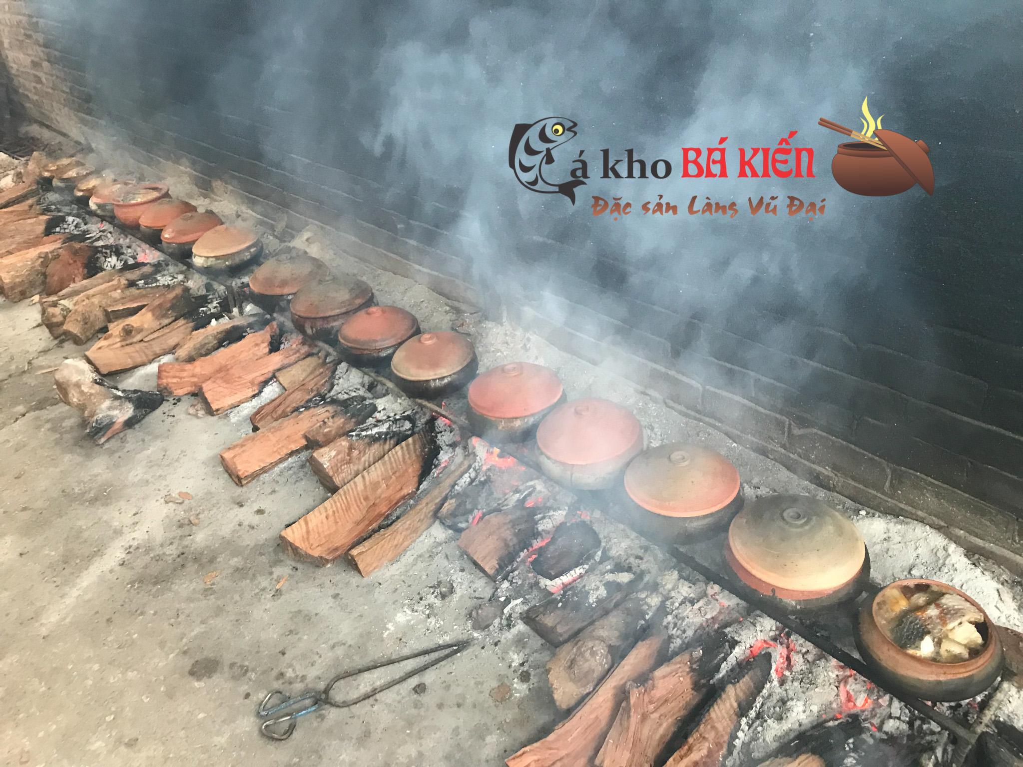 Hàng trăm niêu cá kho làng Vũ Đại đang trên bếp lửa hồng suốt 16h đồng hồ liên tục