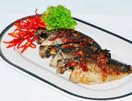 Cá rô nướng hành và rau răm thơm ngon hấp dẫn