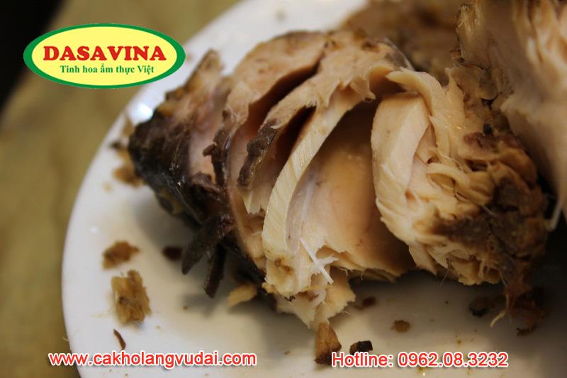 Đĩa cá kho trắm đen có thể tách các thớ cá 1 cách dễ dàng