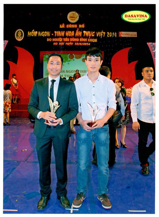 Ông Nguyễn Bá Toàn – Giám Đốc và anh Nguyễn Đình Quý – Trưởng phòng Kiểm định chất lượng Công ty Đặc Sản Việt Nam