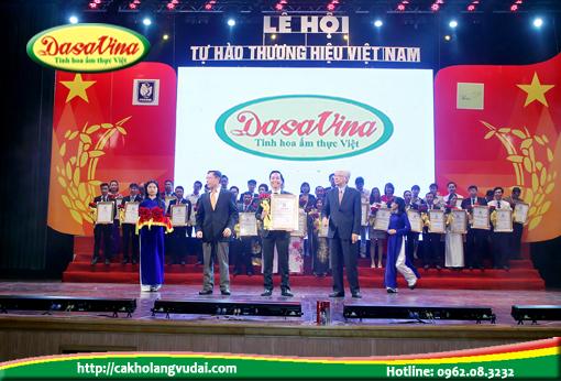 Ông Nguyễn Bá Toàn – Giám đôc Công ty Đặc Sản Việt Nam – DASAVINA lên nhận giải thưởng