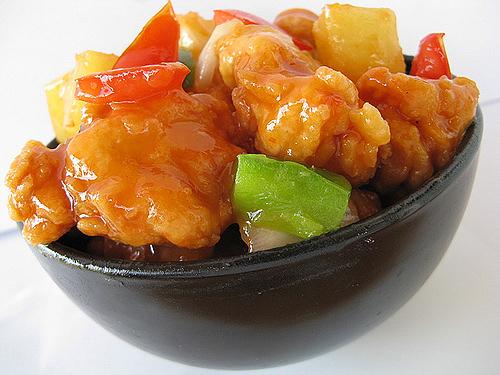 Cá rán sốt chua ngọt là một món ăn ngon giàu chất dinh dưỡng, hàm lượng chất béo thấp. Nước cá sốt chua ngọt cùng với thịt trộn đều ăn với cơm nóng cùng với một chén canh nhỏ sẽ mang lại cho bạn một bữa cơm thật ngon và ấm cùng bên gia đình của mình. Nào hãy cùng 123amthuc.com tham khảo cách làm món cá rán sốt chua ngọt mới lạ hấp dẫn cực thơm ngon ăn là ghiền cho bữa tối sau đây nhé cả nhà! Phi lê cá được bọc bên ngoài một lớp bột mỏng, rán giòn xào chua ngọt với ớt chuông, dùng làm món mặn ăn với cơm đơn giản và lạ miệng. Cách làm món cá rán sốt chua ngọt mới lạ hấp dẫn cực thơm ngon ăn là ghiền cho bữa tối phần 1 Nguyên liệu làm cá rán sốt chua ngọt 400g cá phi lê, có thể dùng cá ba sa hay cá rô phi 1/2 quả ớt chuông màu xanh 1/2 quả ớt chuông màu vàng 2 thìa canh bột năng Nửa củ hành tây, vài nhánh hành lá Muối, hạt tiêu, hạt nêm, dấm, dầu hào Cách làm cá rán sốt chua ngọt Phi lê cá rửa sạch, lau khô, cắt cá thành quân cờ vừa ăn, ướp vào cá một thìa nhỏ muối, một ít hạt tiêu, ướp từ 30 phút đến 1 tiếng. Cách làm món cá rán sốt chua ngọt mới lạ hấp dẫn cực thơm ngon ăn là ghiền cho bữa tối phần 2 Ớt chuông vàng, xanh rửa sạch, cắt thành từng lát vừa ăn. Hành tây, tước bỏ vỏ khô bên ngoài, bổ múi cau. Hành lá rửa sạch, thái nhỏ. Cách làm món cá rán sốt chua ngọt mới lạ hấp dẫn cực thơm ngon ăn là ghiền cho bữa tối phần 3 Lăn cá qua bát bột năng, dùng tay thoa cho bột năng bám đều vào cá, sau đó phủi bỏ những lớp bột năng còn thừa. Dùng bột năng cá sẽ giữ được độ dòn lâu hơn những loại bột khác. Cách làm món cá rán sốt chua ngọt mới lạ hấp dẫn cực thơm ngon ăn là ghiền cho bữa tối phần 4 Dùng nồi nhỏ, rán cá vàng đều, vớt ra đĩa cho thấm bớt dầu ăn. Cách làm món cá rán sốt chua ngọt mới lạ hấp dẫn cực thơm ngon ăn là ghiền cho bữa tối phần 5 Đun nóng một ít dầu ăn trong nồi, phi tỏi thơm, thêm hành tây vào xào chín. Cách làm món cá rán sốt chua ngọt mới lạ hấp dẫn cực thơm ngon ăn là ghiền cho bữa tối phần 6 Cho ớt chuông vào xào cùng, thêm một ít muối, dầu hào, xà